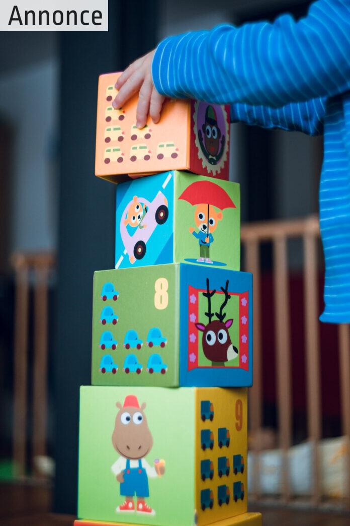 Barn bygger med klodser